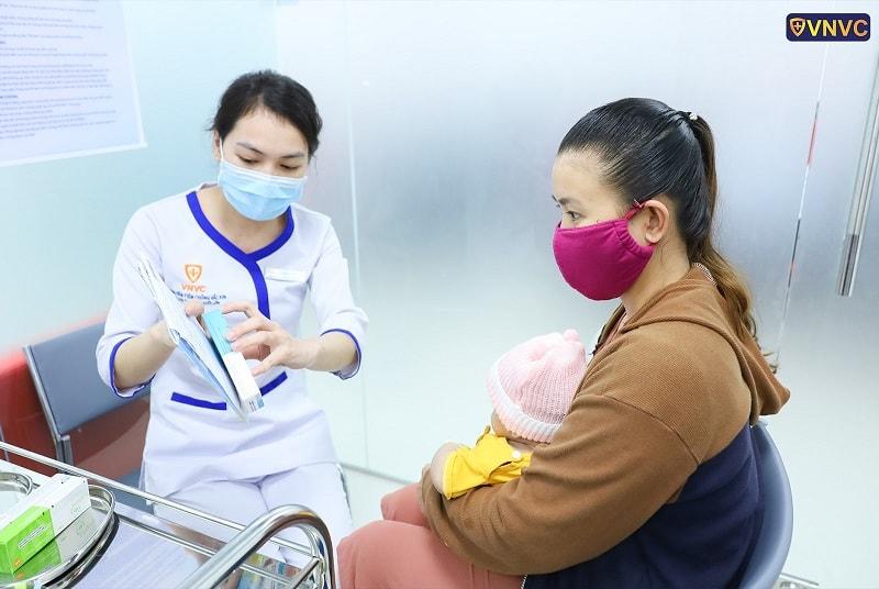 Khách hàng kiểm tra vắc xin trước khi tiêm tại Trung tâm tiêm chủng VNVC