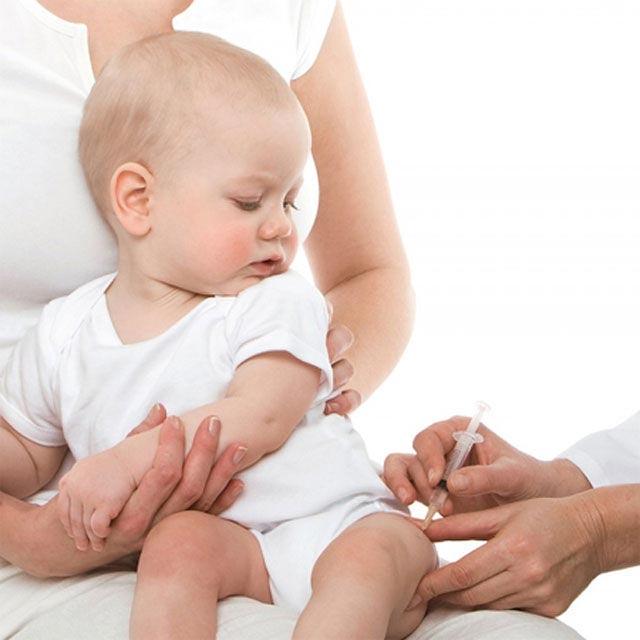 Trẻ được tiêm phòng viêm màng não mủ với vắc xin 5 trong 1