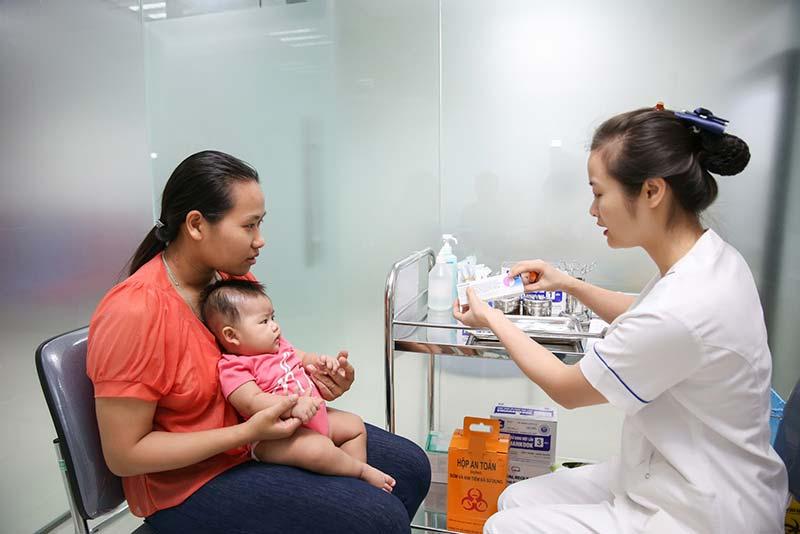 Tiêm mũi 5 trong 1 có bị sốt, ho không? Có nên đổi loại vắc xin không?