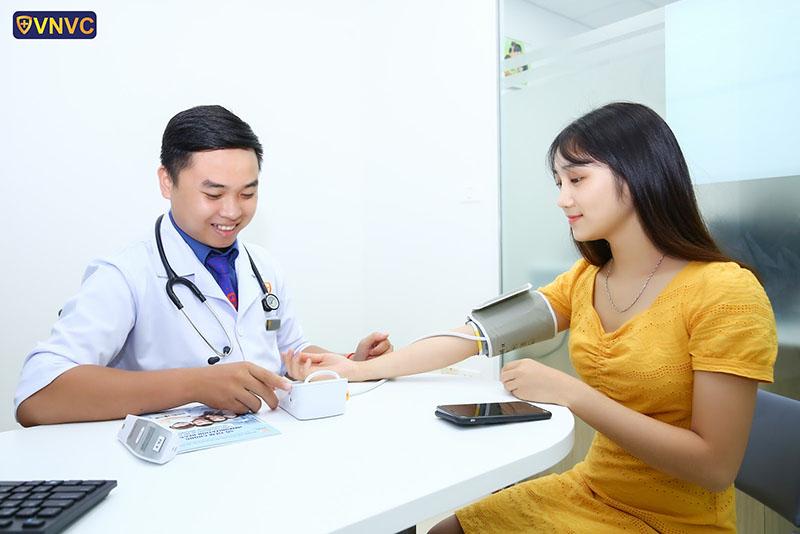 Bác sĩ chuyên môn khám sàng lọc miễn phí tại VNVC trước khi tiêm phòng