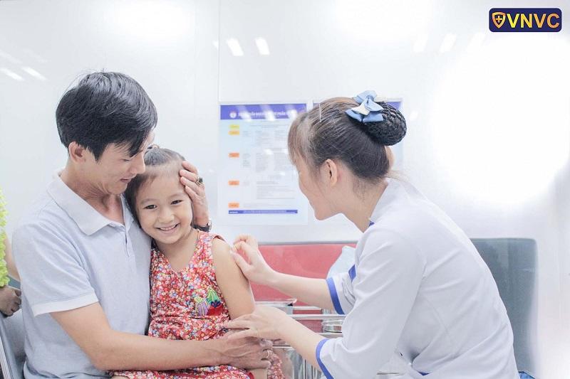 Tiêm vắc xin là biện pháp hữu hiệu giúp chặn đứng thủy đậu và giảm độ nặng của bệnh.