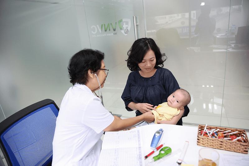 Tiêm vắc xin cho trẻ tại VNVC