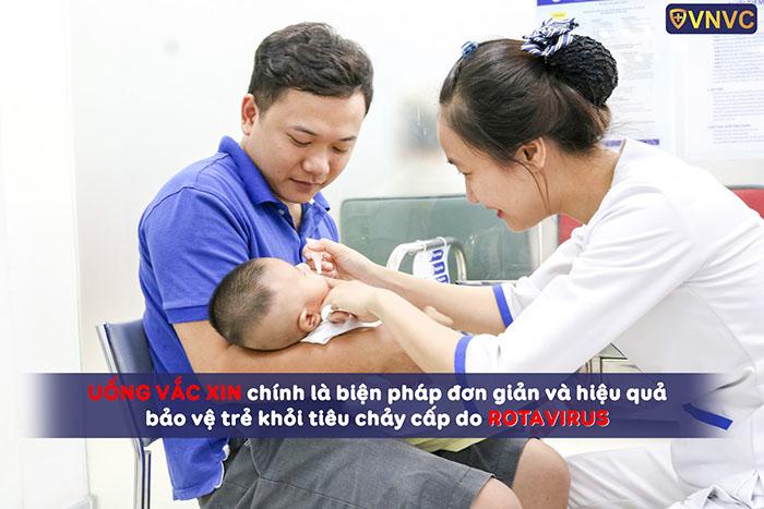 Uống vắc xin là biện pháp đơn giản và hiệu quả bảo vệ trẻ khỏi nhiễm rotavirus