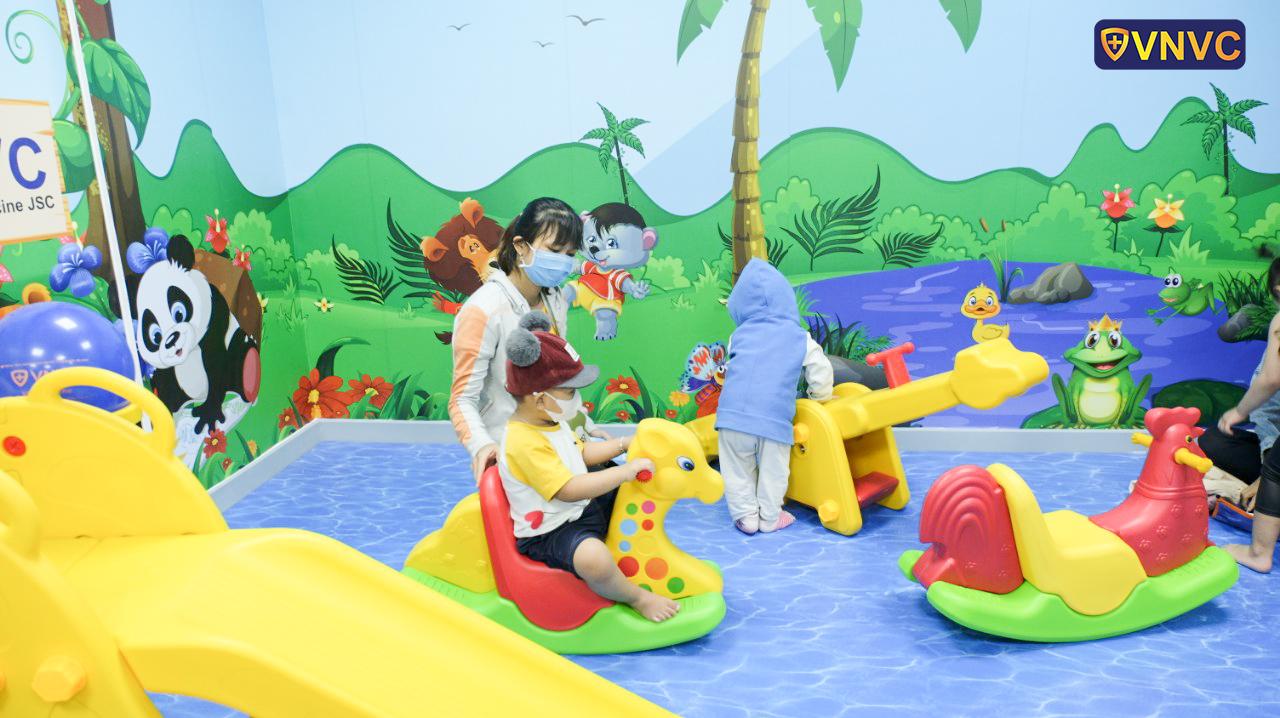 Khu vui chơi như công viên thu nhỏ được khử khuẩn thường xuyên, đảm bảo an toàn cho bé