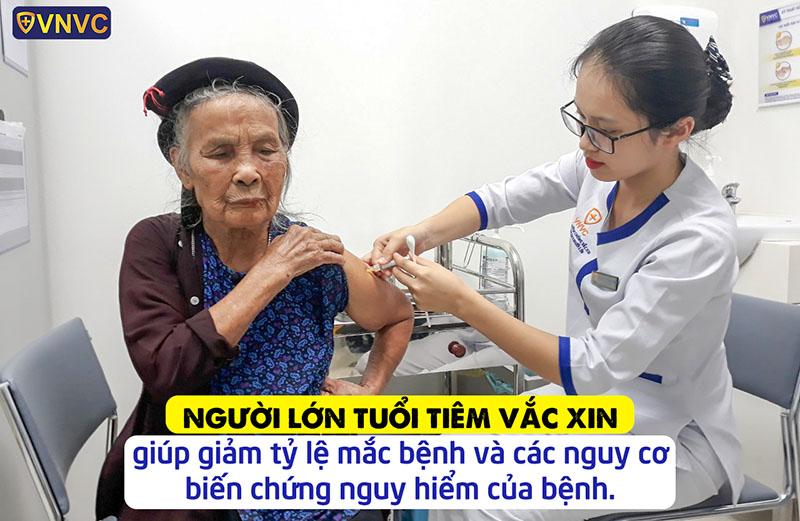 Người lớn rất cần tiêm vắc xin phòng bệnh
