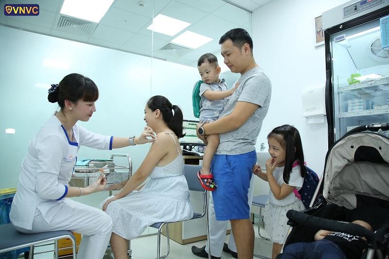 Người lớn tiêm vắc xin cũng là hành động tự bảo vệ bản thân cũng như bảo vệ con trẻ khỏi nguồn lây