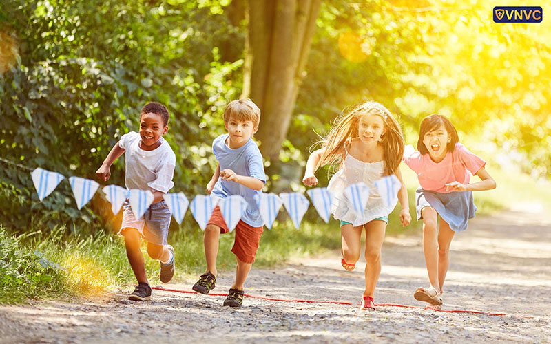 Tiêm phòng bại liệt giúp trẻ an toàn khám phá mọi thứ xung quanh
