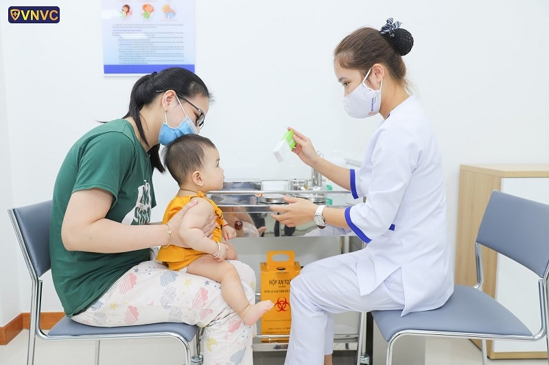 Điều dưỡng được đào tạo kỹ năng tiêm không đau giúp bé yêu luôn thoải mái khi tiêm chủng