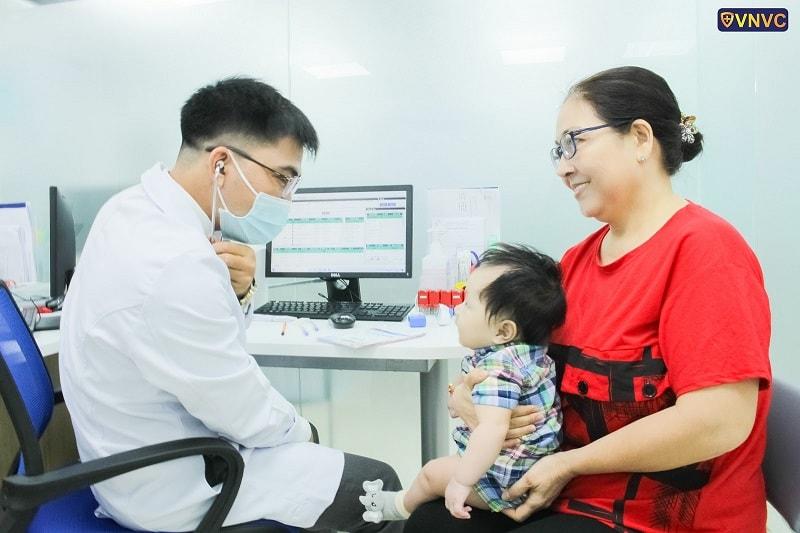 Khám sàng lọc trước tiêm miễn phí, đảm bảo bé đủ sức khỏe để được tiêm phòng tại VNVC