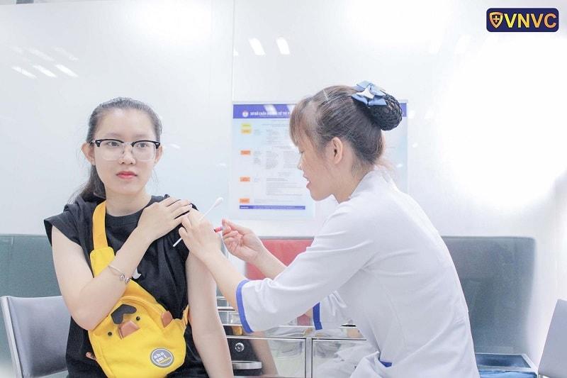 Tiêm nhắc vắc xin phòng bạch hầu uốn ván ho gà